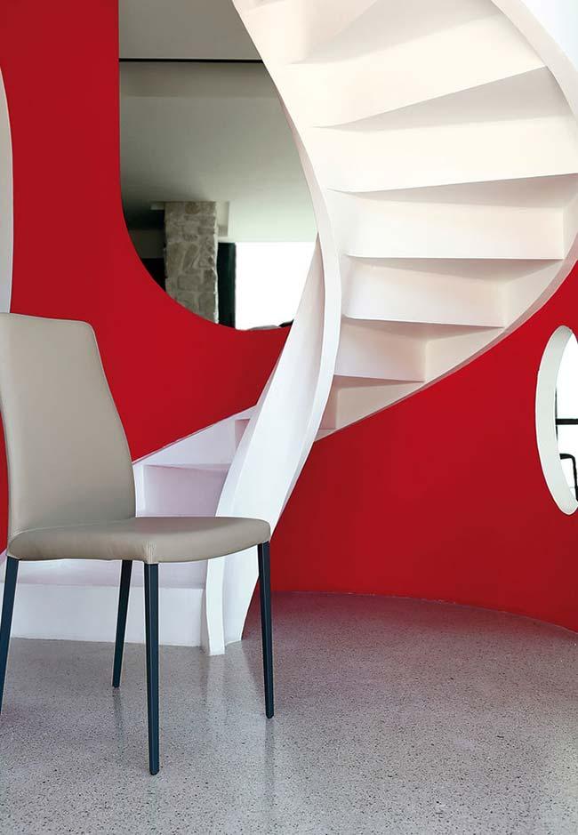 Escada caracol com desenho orgânico
