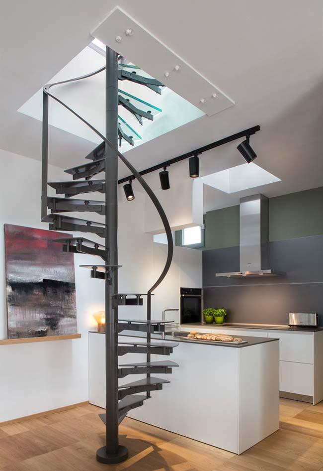 Em ambientes menores, a escada caracol economiza espaço na passagem entre pavimentos
