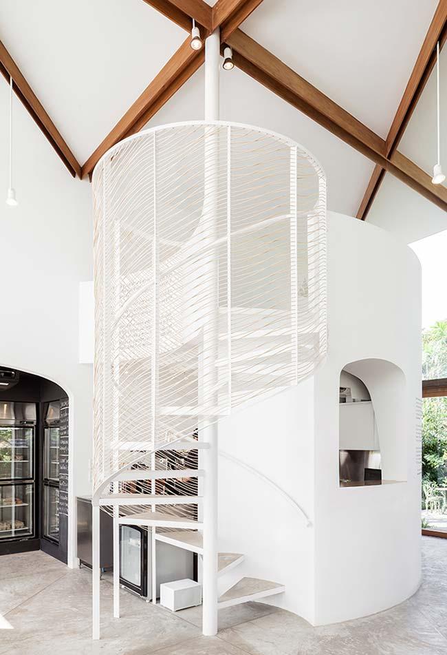 Outra escada caracol com proteção de aramado