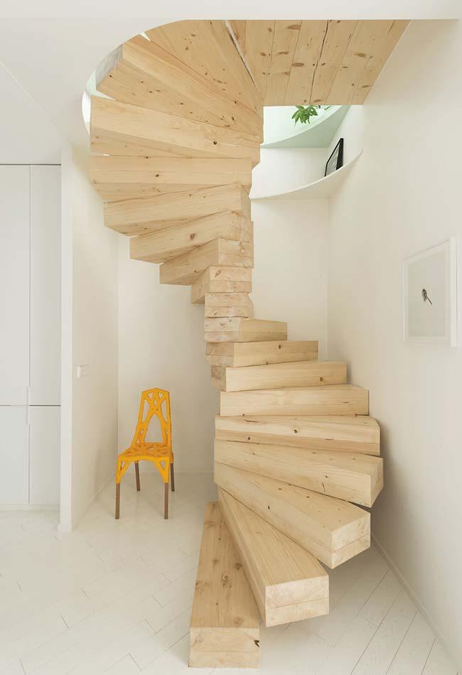 Escada caracol de madeira de demolição