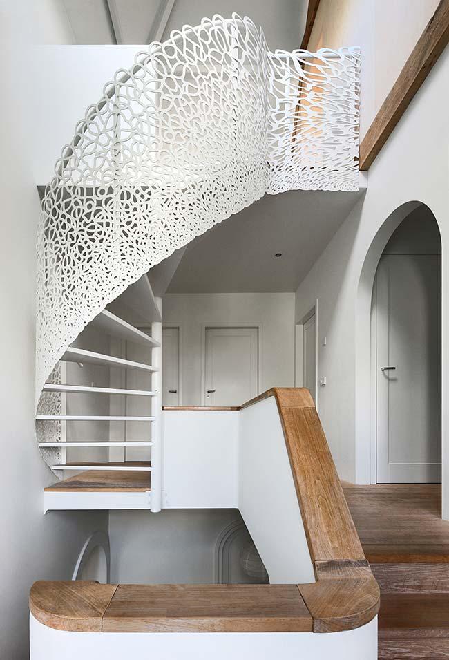 Aposte em um corrimão com proteção diferente para a sua escada caracol