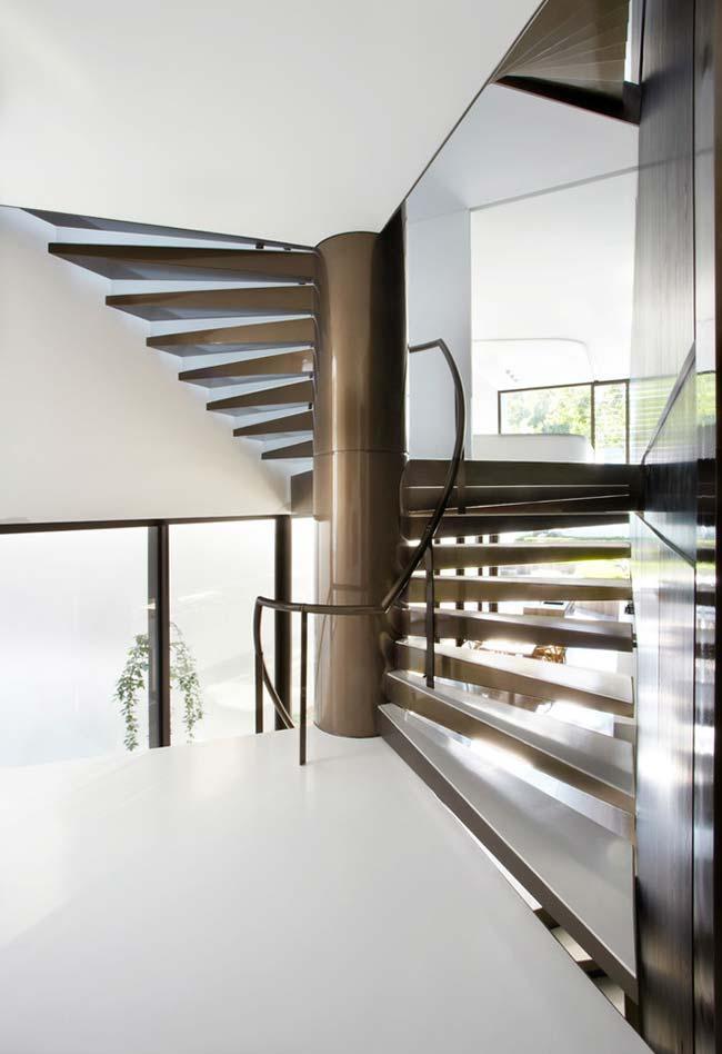 escada caracol com degraus alargados para facilitar a passagem de grupos