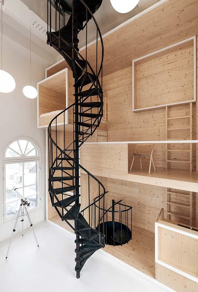 Estrutura de escada caracol de ferro preto