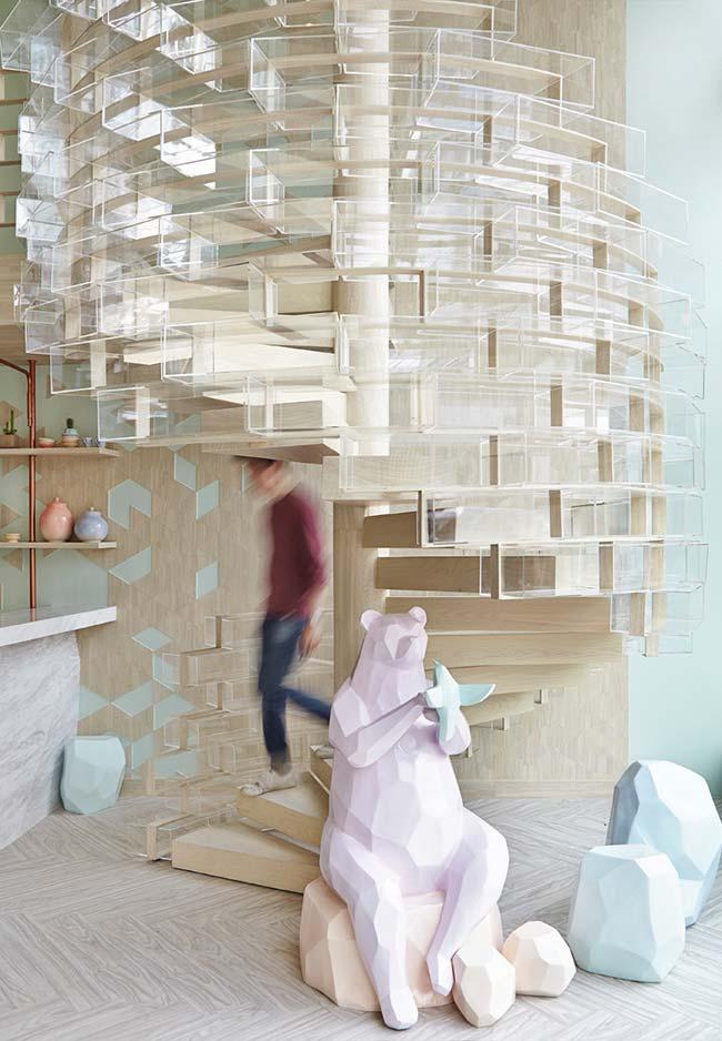 Continuação:Escada caracol branca com corrimão vazado no estilo tijolinhos