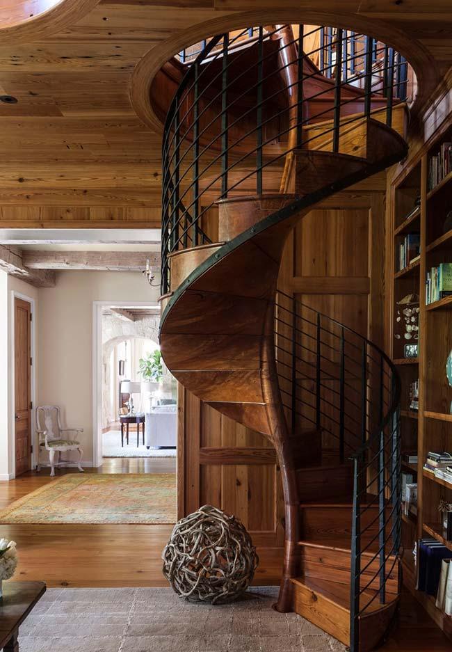 escada caracol de madeira escura e ferro