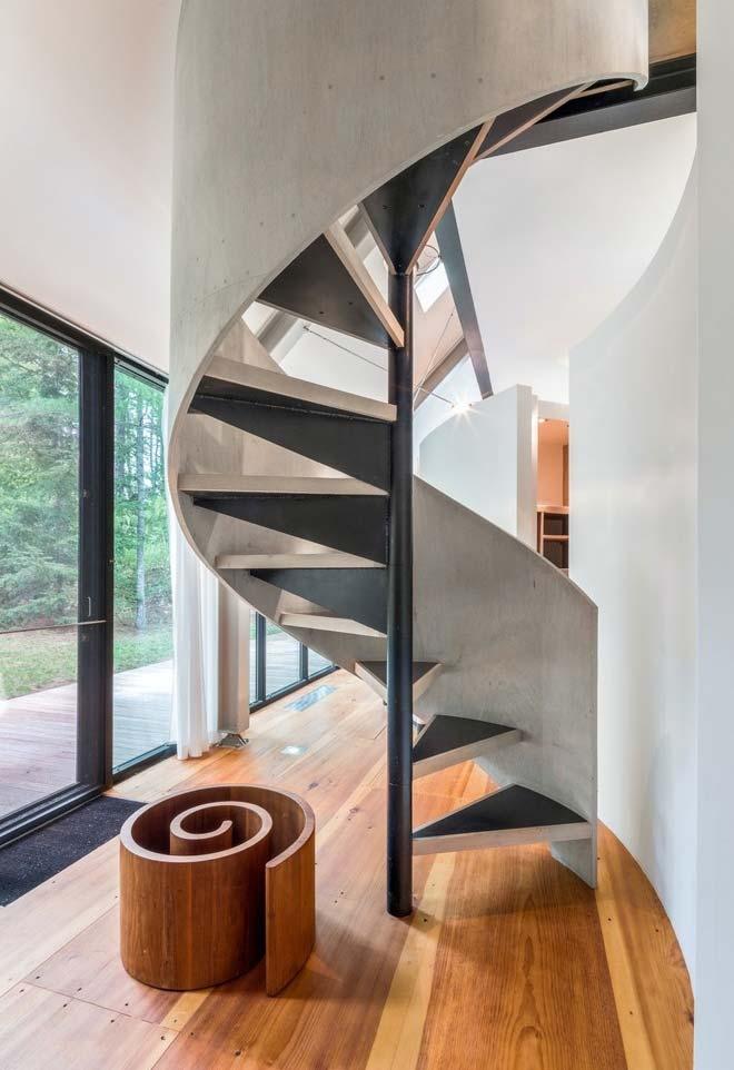 Espiral no objeto de decoração e na escada deste ambiente moderno