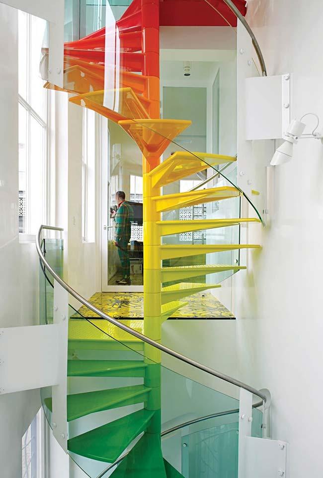 Escada caracol para vários andares em um degradê de cores