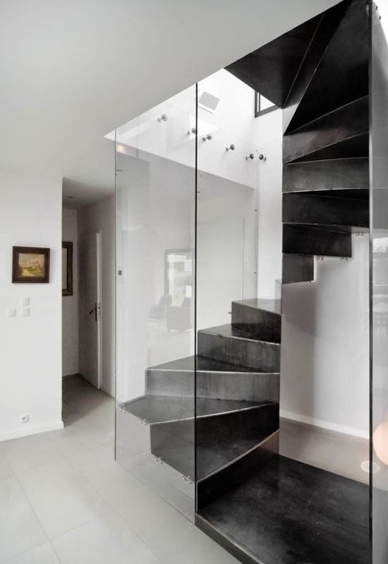 Escada caracol de concreto com nicho quadrado em vidro