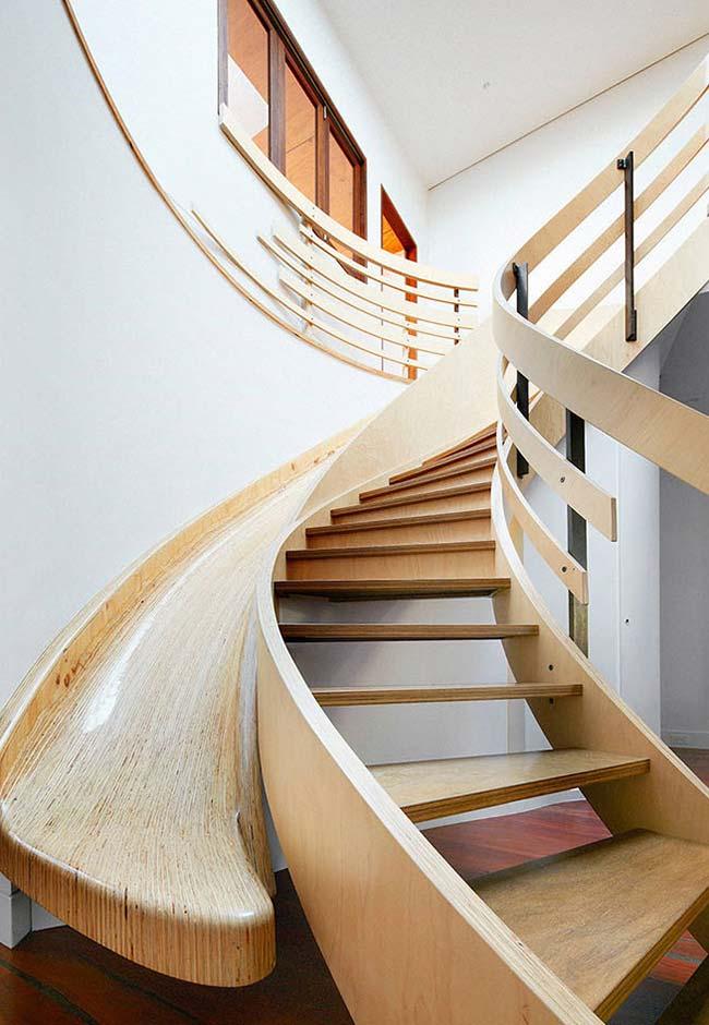 escada caracol de madeira com escorregador