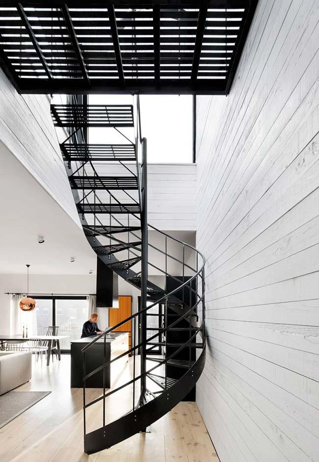Insira grandes janelas ou clarabóias na estrutura do nicho da sua escada caracol
