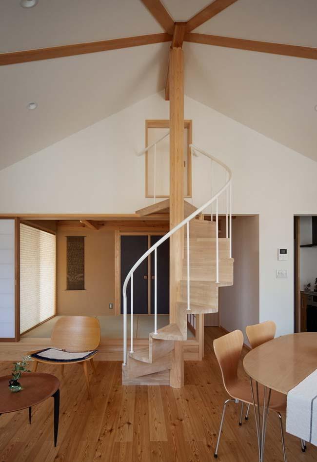Escada caracol de madeira para acessar o sótão