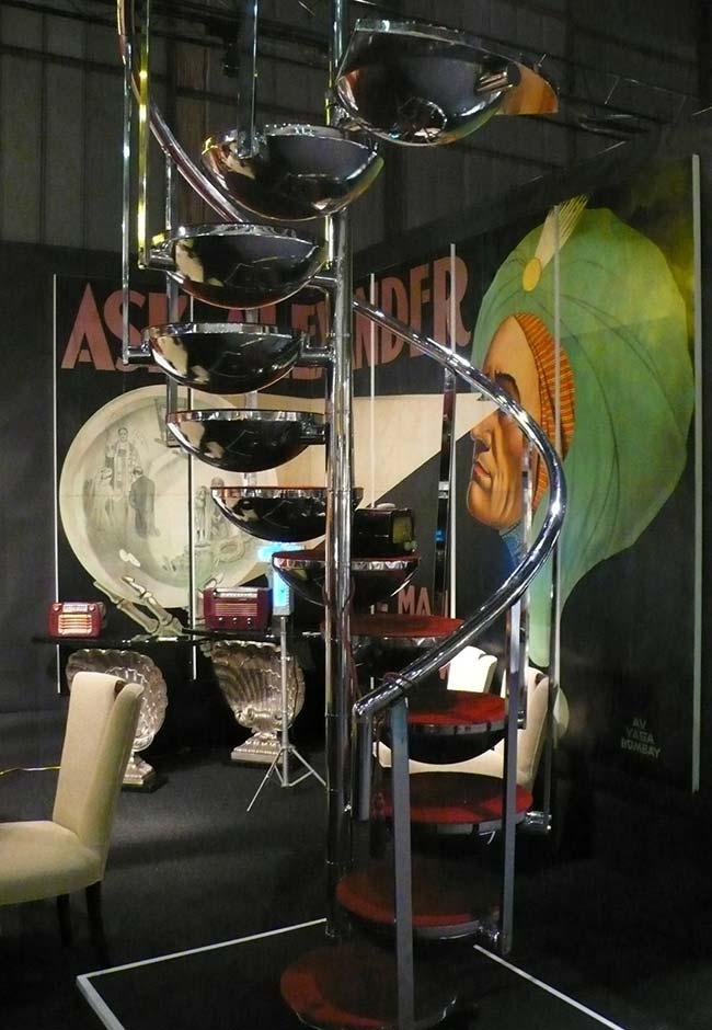 Uma escada caracol de estrutura em aço inox