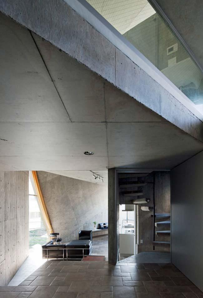 Escada caracol em casa de concreto armado
