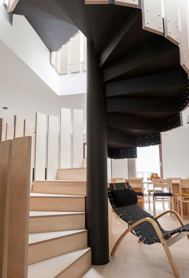 Corrimão-tábuas de madeira nesta escada caracol para casa no estilo escandinavo