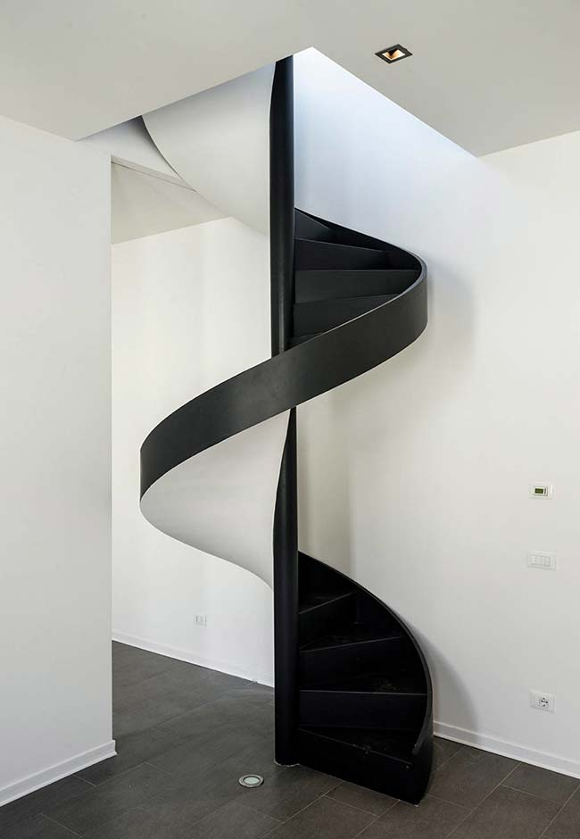 Espiral simples e dinâmica em preto e branco para esta escada caracol