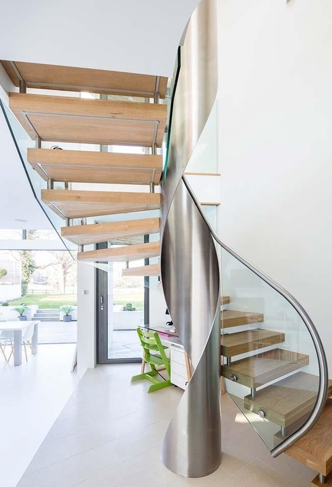 Outra escada caracol grandiosa com estrutura central de aço inox