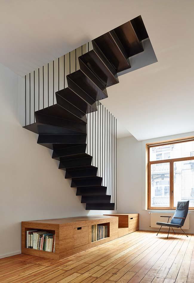 Plataforma funcional que liga o chão a esta escada caracol reta de metal