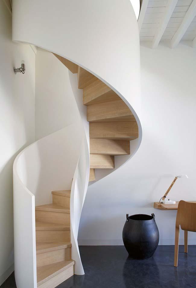 Branco e madeira clara nesta escada caracol para um ambiente clean e minimalista