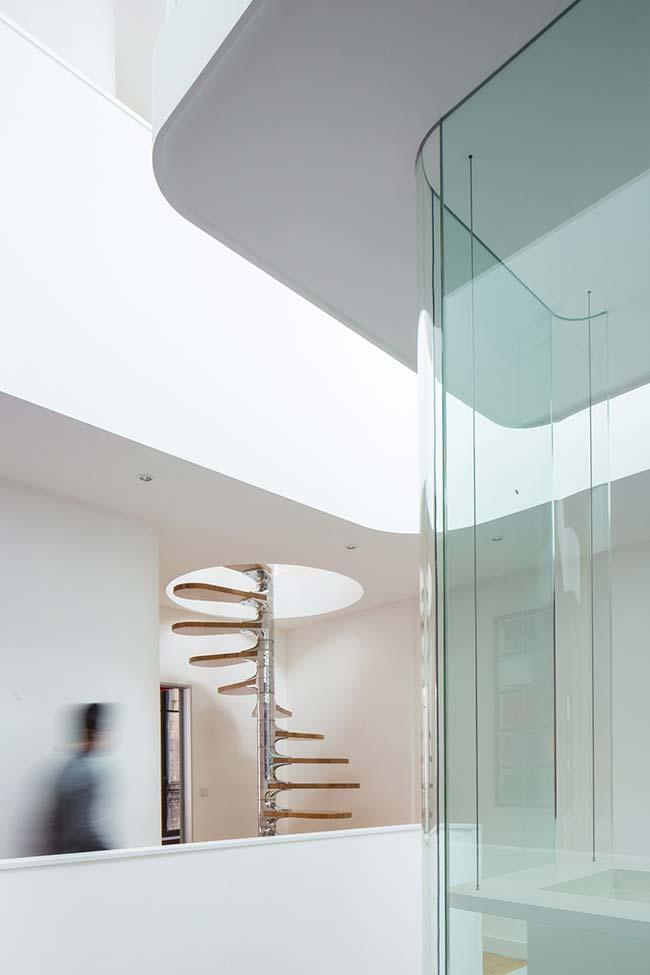Outra escada em aço inox inteiriça para aplicar na sua casa ou ambiente comercial