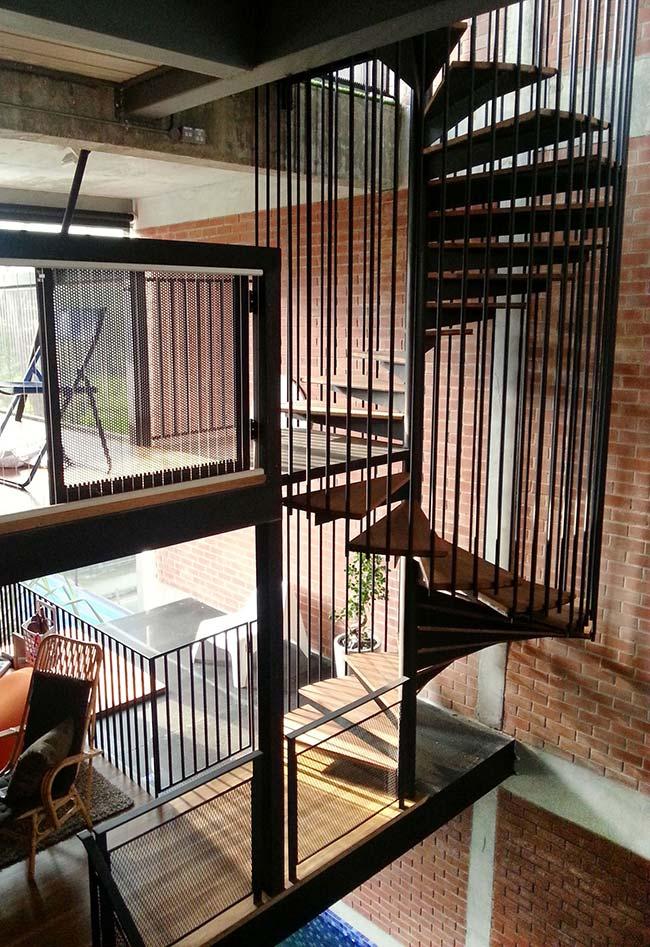 escada caracol com nicho vazado de barras de ferro