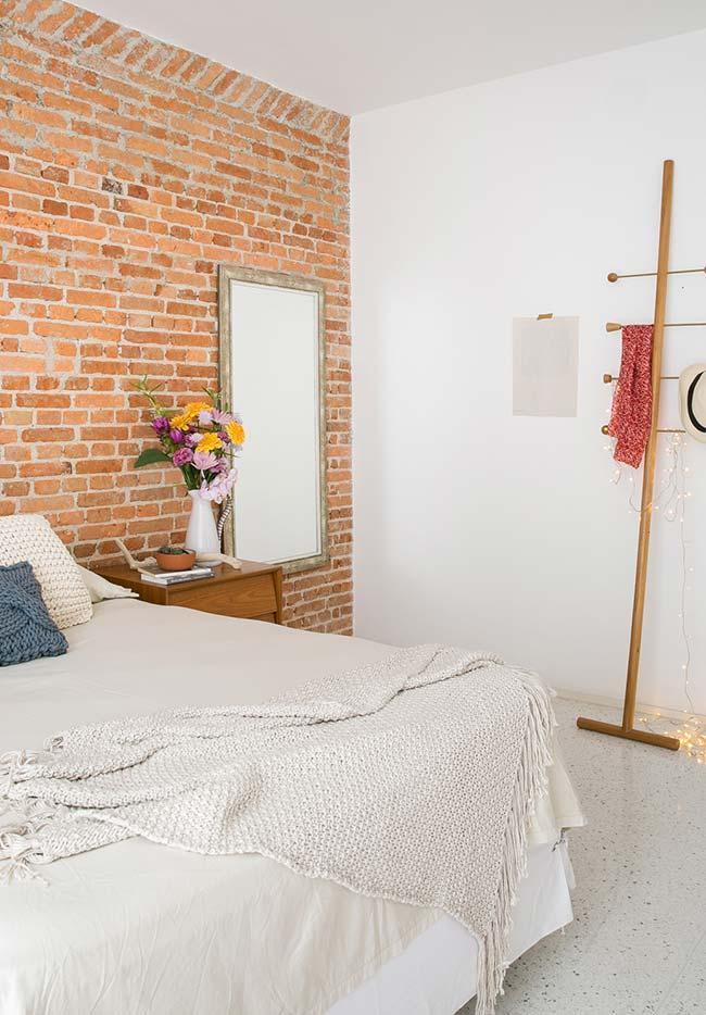 Ambiente com espelho para quarto inserido em um espaço livre
