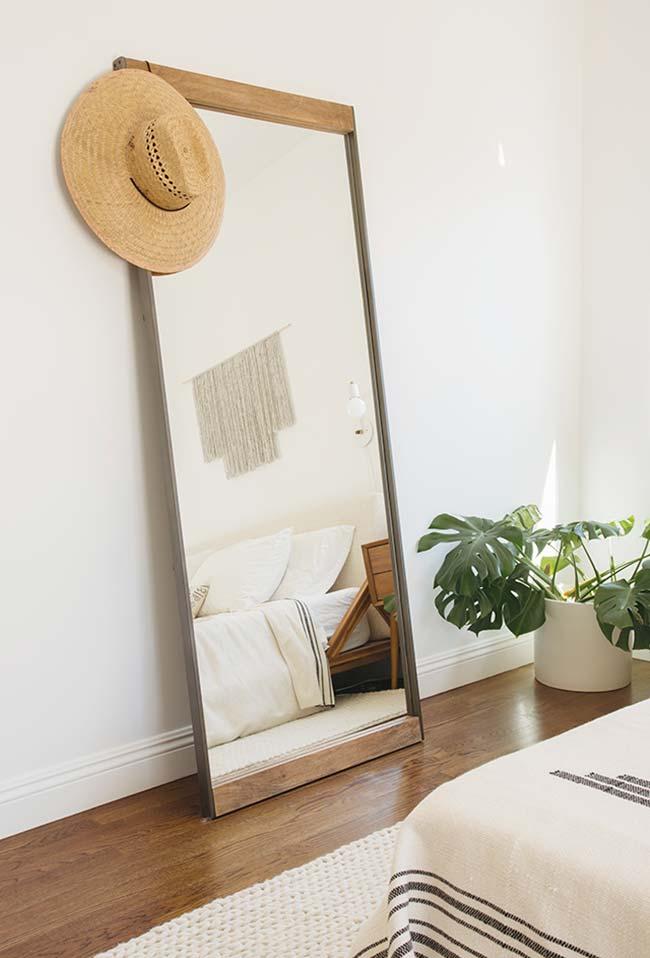 Um espelho para quarto apoiado no chão
