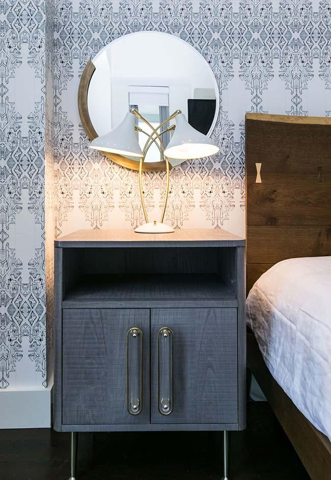 Mais uma ideia de espelho para quarto redondo acima do criado-mudo