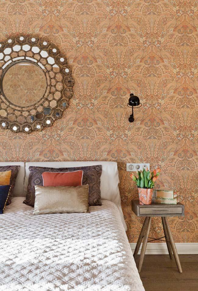 Numa decoração estilo mediterrâneo, espelho para quarto redondo acima da cama