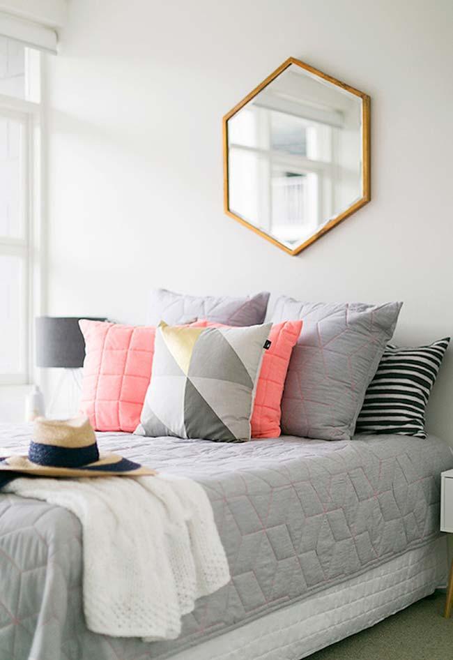 Outra ideia de corte: espelho para quarto hexagonal acima da cama para quem adora decorar com elementos em formas geométricas