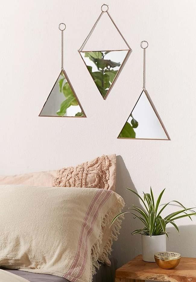 Tríptico de espelhos triangulares para decorar o ambiente do quarto acima da cama