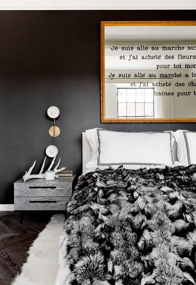 Espelho grande de parede: este aqui, acima da cama de casal, funciona não somente como espelho, mas como quadro decorativo