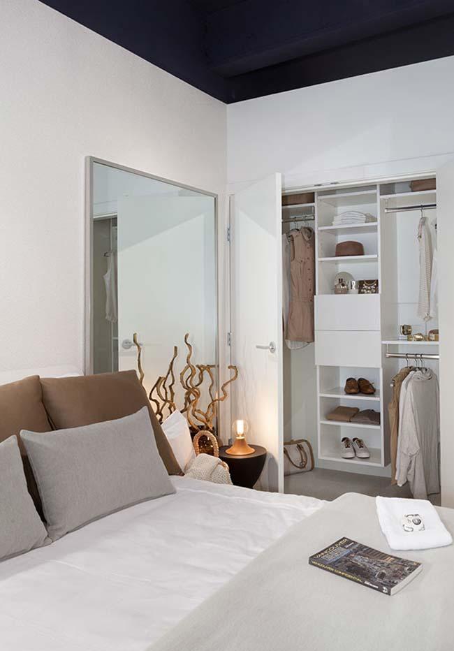 Ambiente expandido com espelho para quarto grande de parede