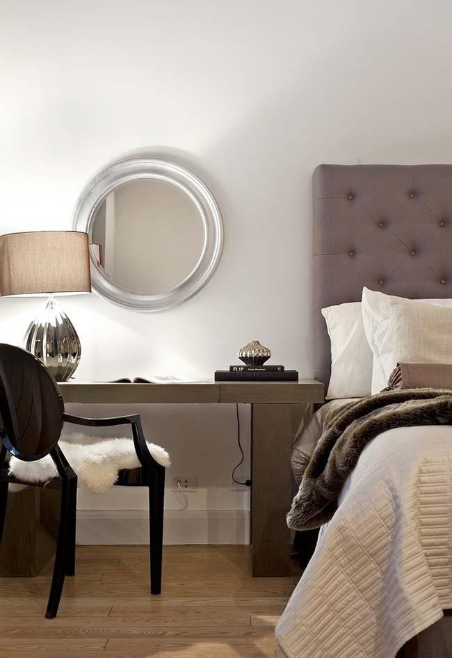 Cantinho versátil no quarto: mesa para trabalho, leitura e para se maquiar com espelho redondo na parede