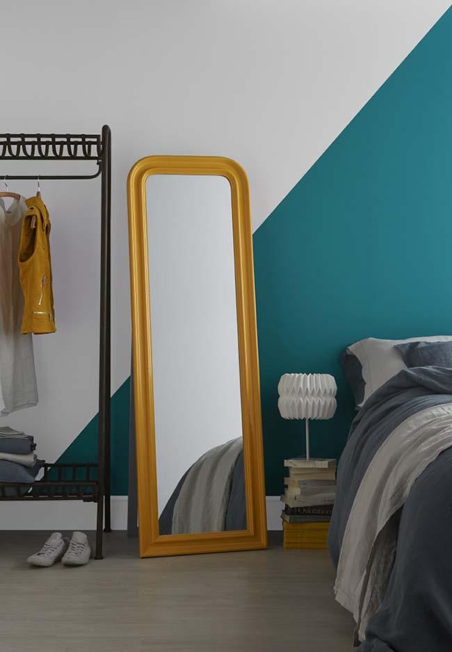 Espelho para quarto de casal cheio de cores vibrantes