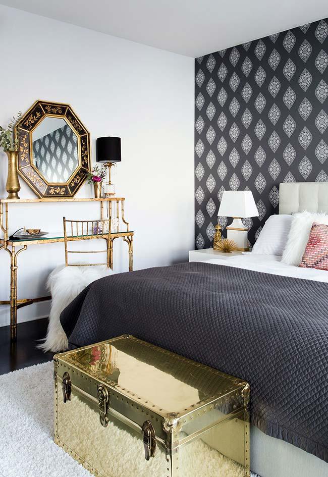espelho para quarto em composição com vários elementos dourados