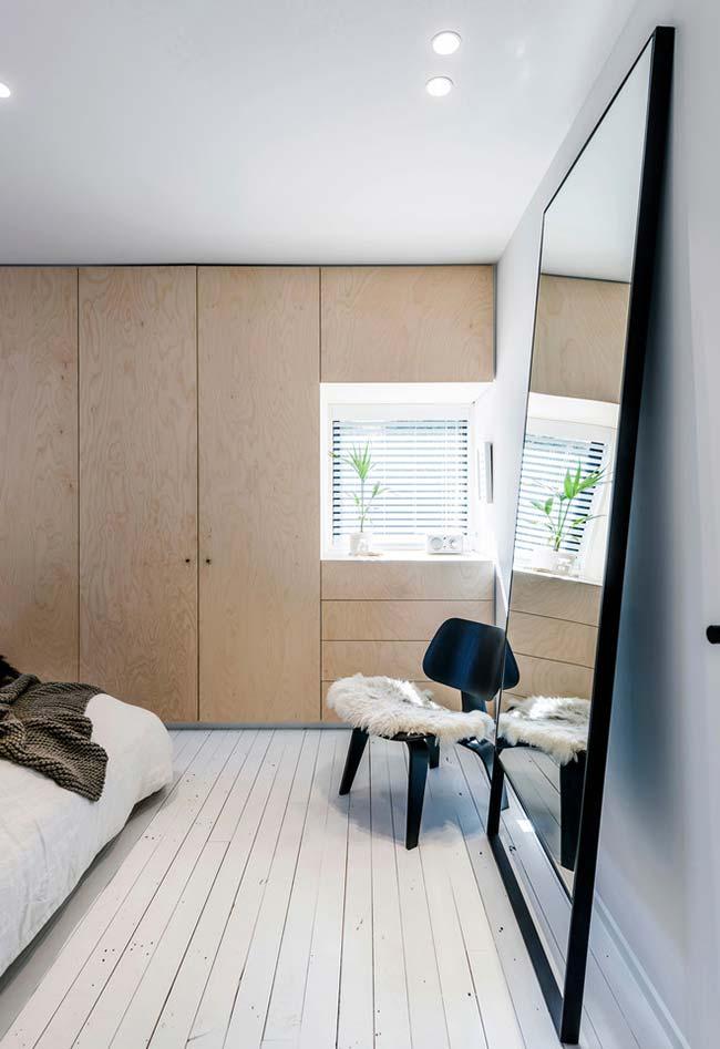 Espelho para quarto posicionado diretamente em relação à luz natural e à luz artificial