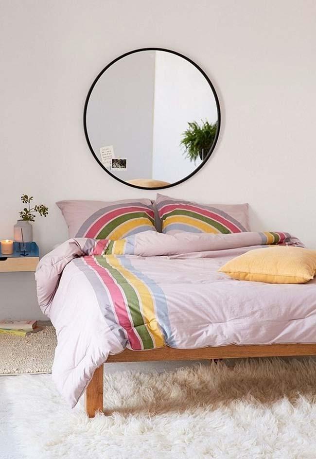 Espelho redondo grande acima da cama: neste aqui você consegue ver o corpo todo à distância da cama