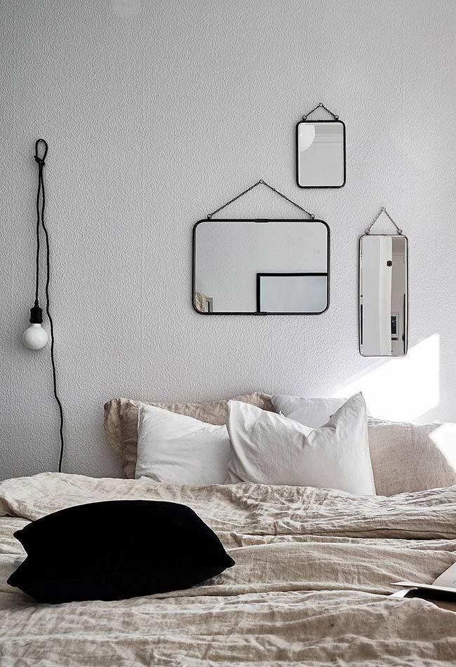 Mais conjuntos de espelhinhos posicionados como quadrinhos acima da cama