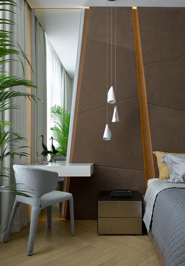 Espelho de parede inteira seguindo o formato dos paineis planejados no quarto