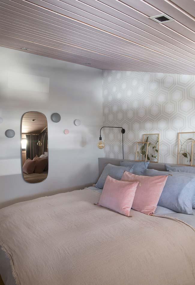 Utilize seu espelho na parede lateral vazia do quarto