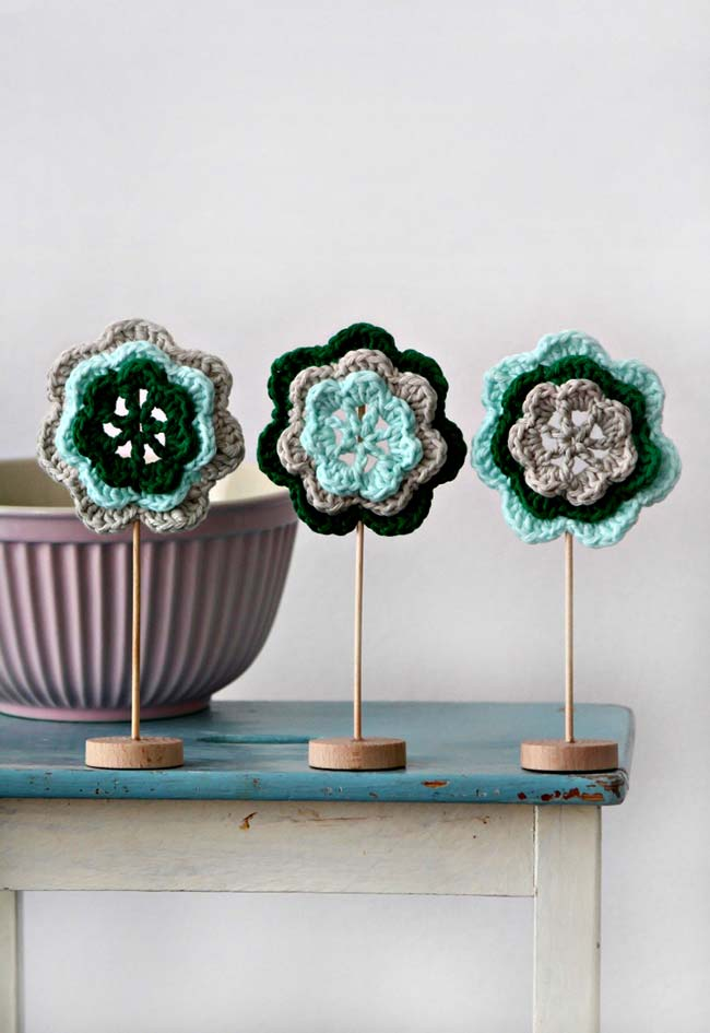 Trio de flores de crochê com suporte em MDF