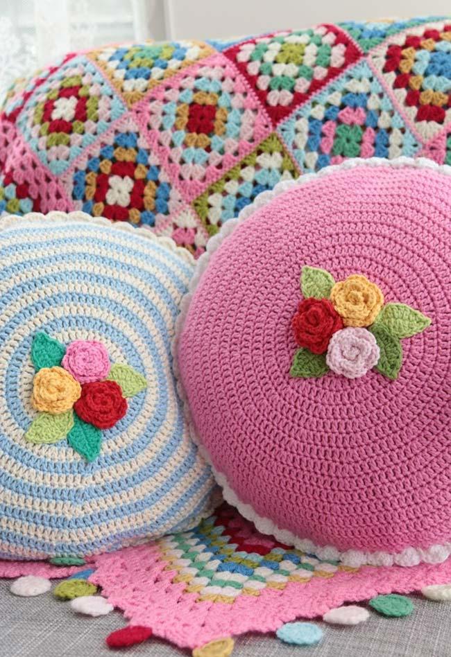 Almofada circular com flor de crochê
