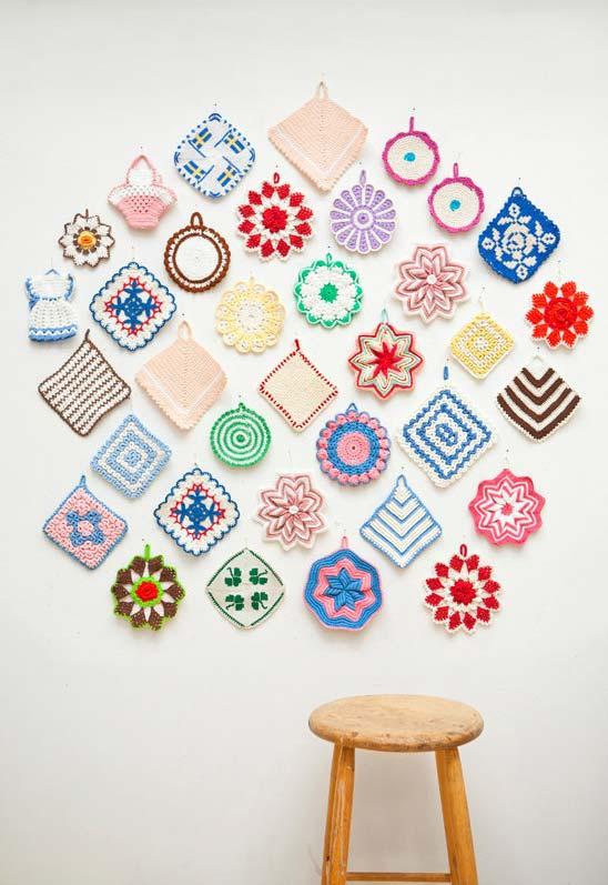 Decoração de parede com flores de crochê