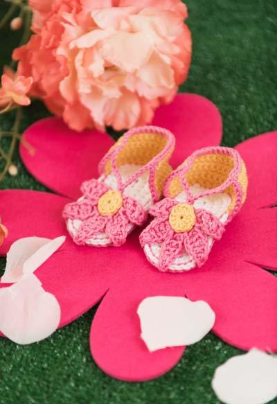 Flor de crochê na composição do sapatinho