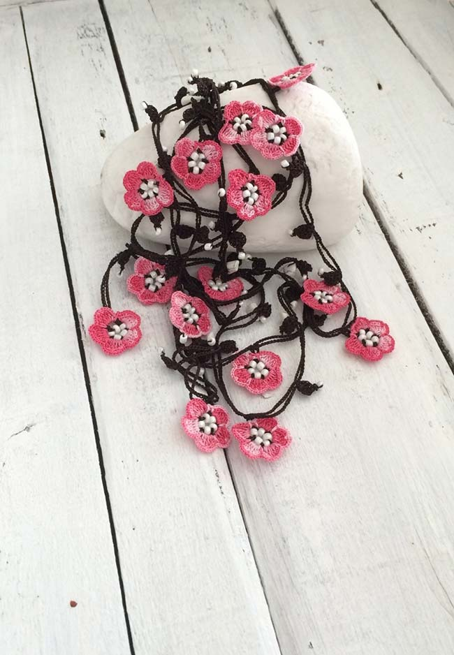 Aplicação de flor de crochê de cinco pontas em pisca-pisca
