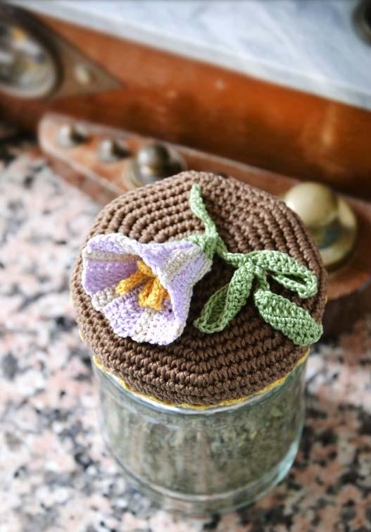 Flor tridimensional em crochê aplicada à tampa de pote hermético