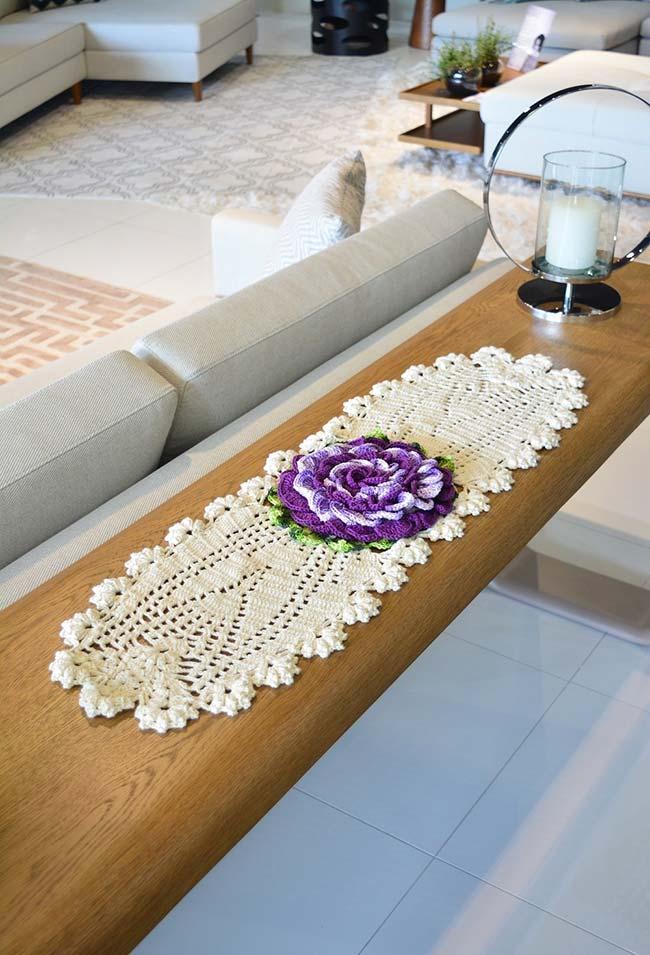 Caminho de mesa com flor de crochê central