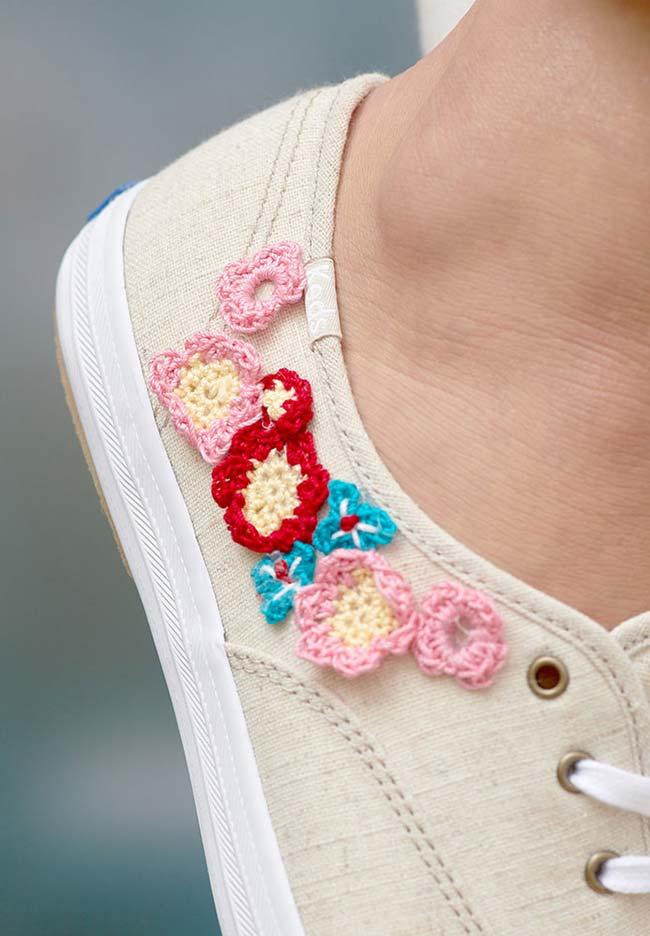Tênis com aplicação de flores de crochê