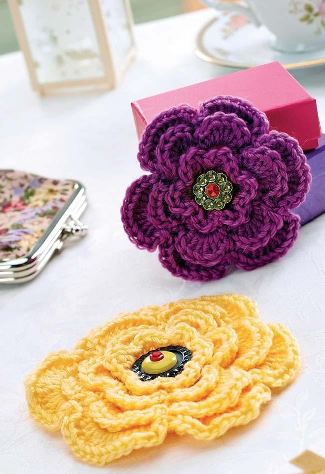Flores de crochê com botões diferentes e brilhantes