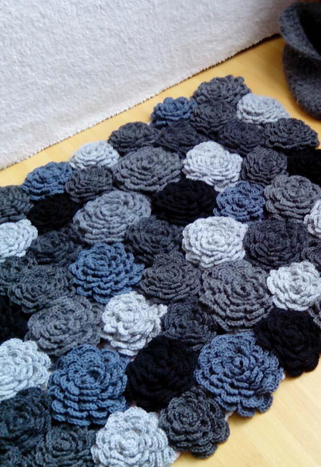 Tapete de crochê com flores monocromáticas